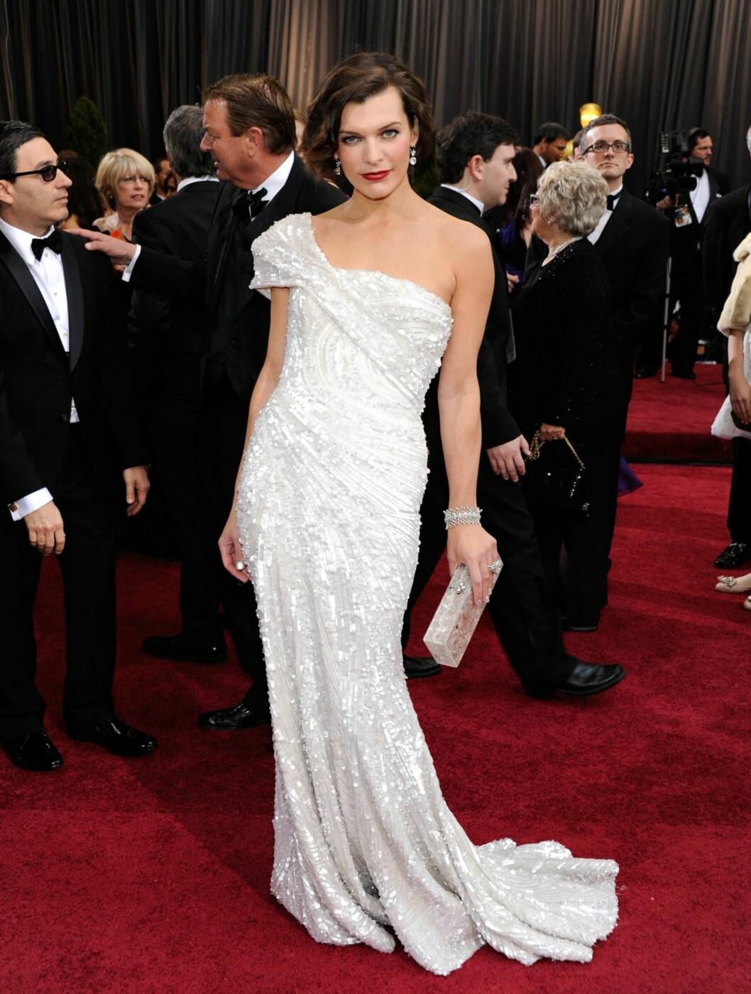 VAKKER: Milla Jovovich tok pusten fra de fremmøtte i en sexy kjole fra Elie Saab.  Foto: All Over Press