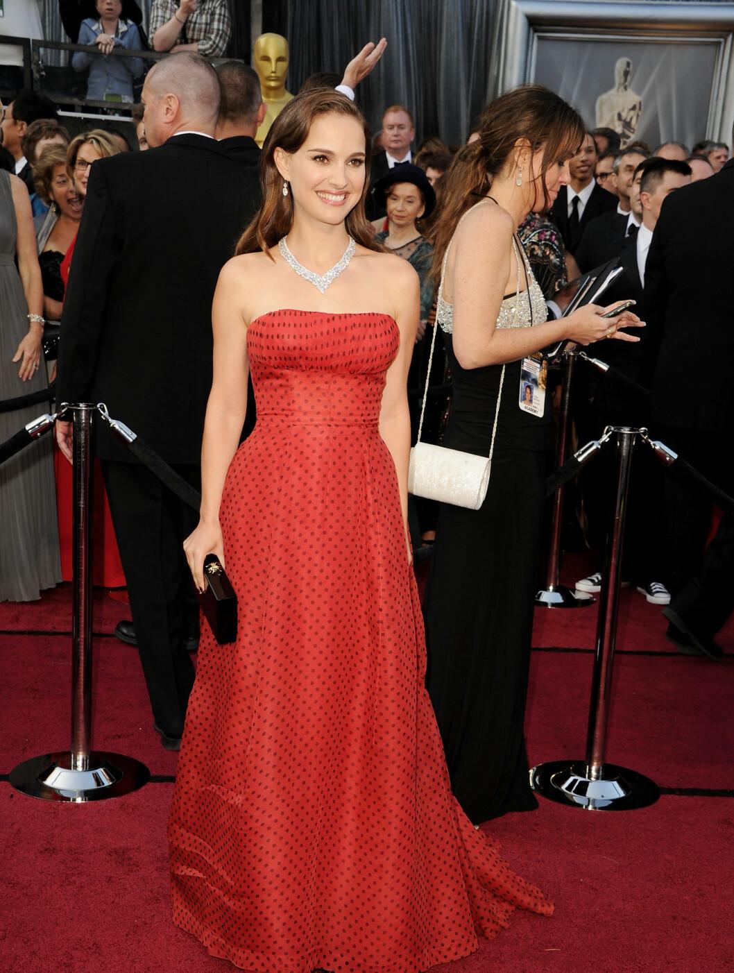 PRIKKER: Natalie Portman kom i en søt, rød kjole med sorte prikker fra Dior.  Foto: All Over Press