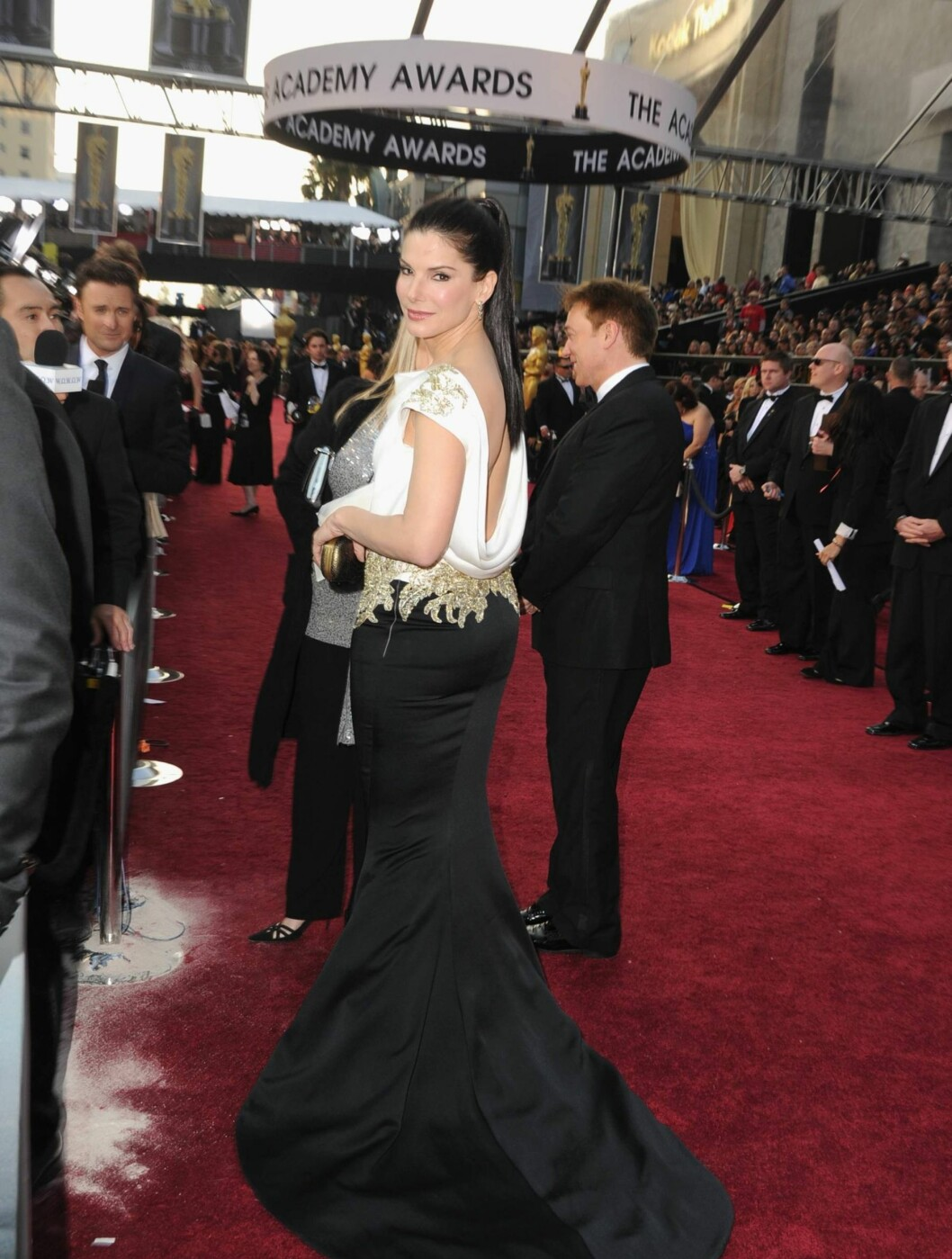 SEXY PRIS: Sandra Bullock fortalte at hun skulle ha det sexy under Oscar-utdelingen. Hun kom i en sort og hvit kjole fra Marchesa med en av vårens største trender - åpen rygg.  Foto: All Over Press