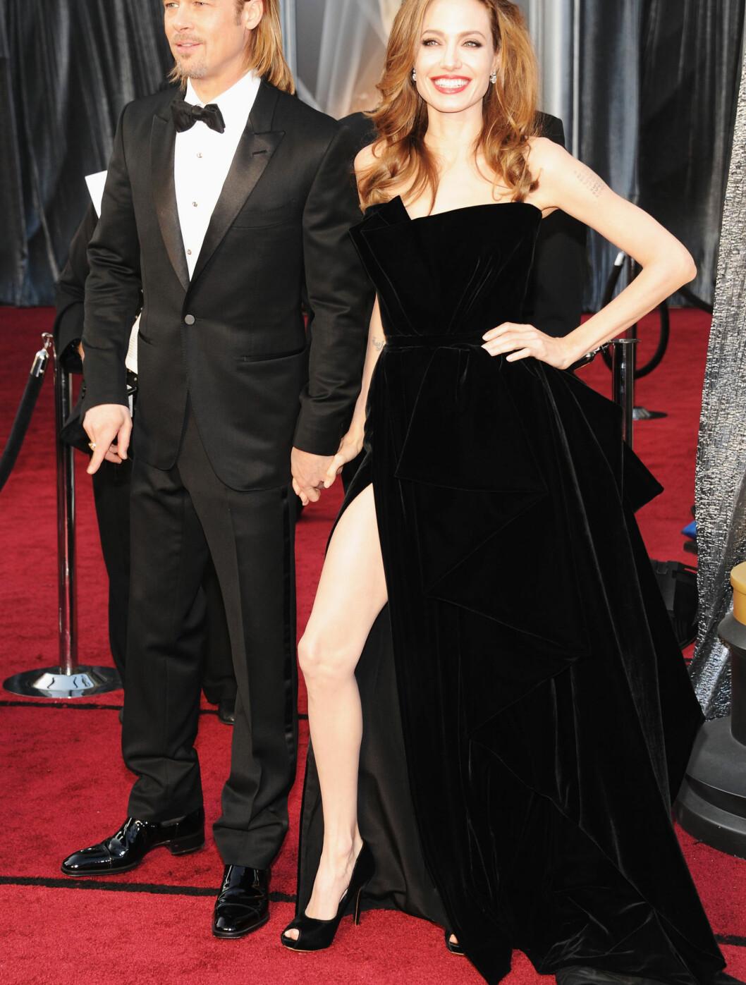 """SEXY SPLITT: Brad Pitt og Angelina Jolie stjal som vanlig all oppmerksomheten da de ankom """"The Academy Awards"""". Angelina hadde på seg en sort fløyelskjole med en svært dristig splitt fra Atelier Versace.  Foto: All Over Press"""