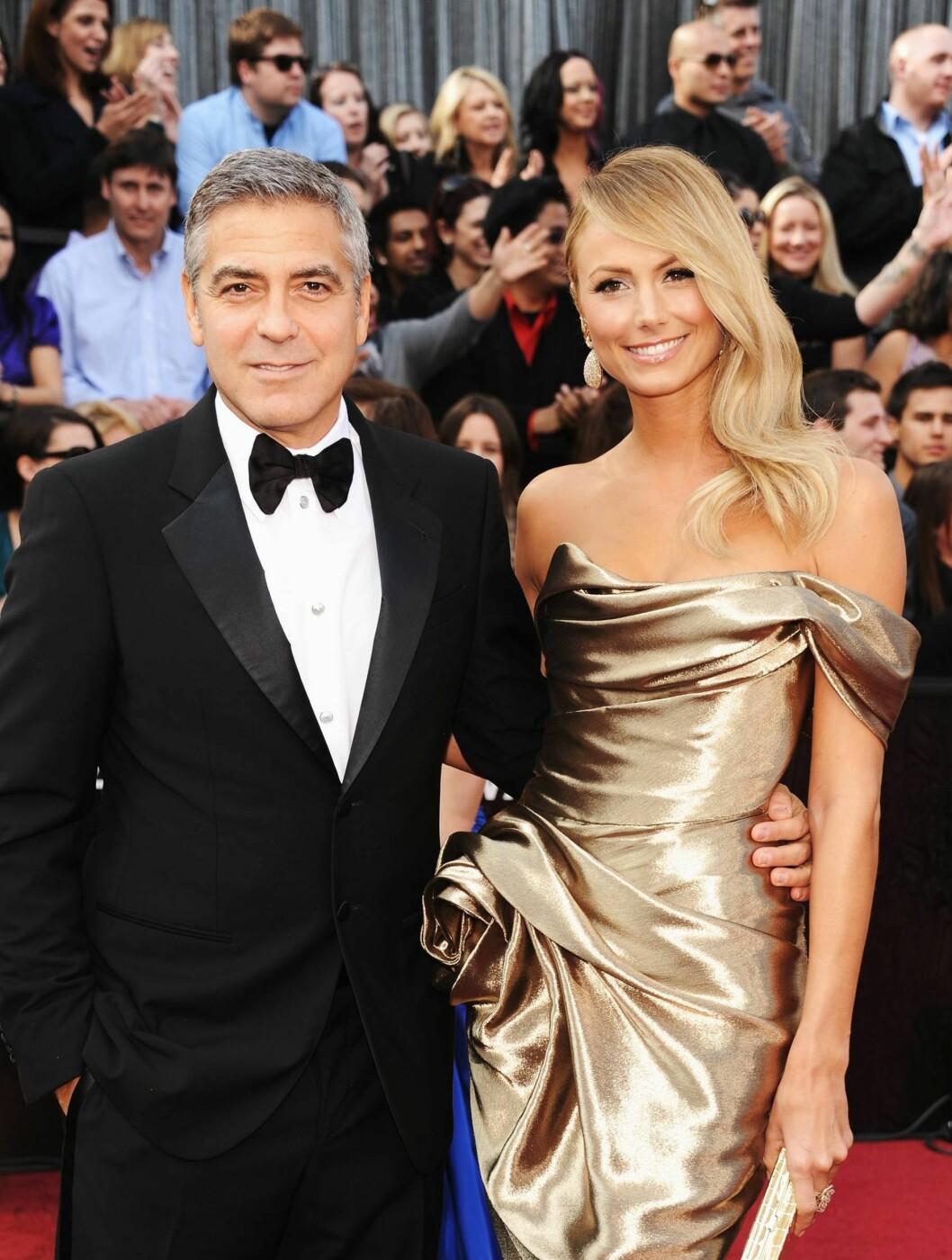 GULL: George Clooneys vakre kjæreste Stacy Keibler var flott i en gullfarget kjole med bare skuldre.  Foto: All Over Press