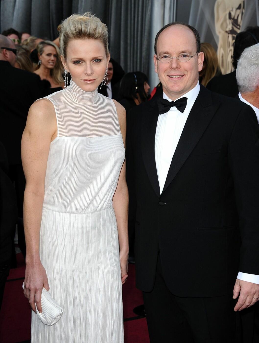 KONGELIGE BESØK: Prins Albert og konen Charlene Wittstock var også på Oscar-utdelingen. Wittstock hadde en hvit kjole uten ermer fra Akris.  Foto: Stella Pictures