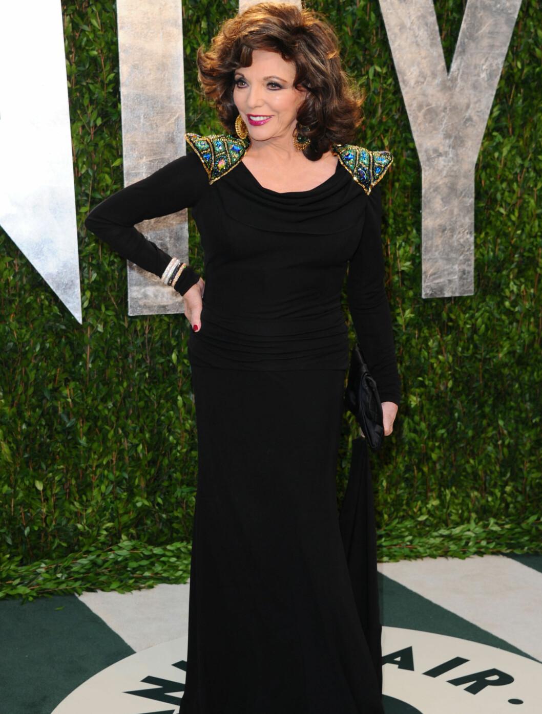 I SORT: Joan Collins kom i en sort kjole med fremhevet skulderparti på Vanity Fairs Oscar-fest.  Foto: All Over Press
