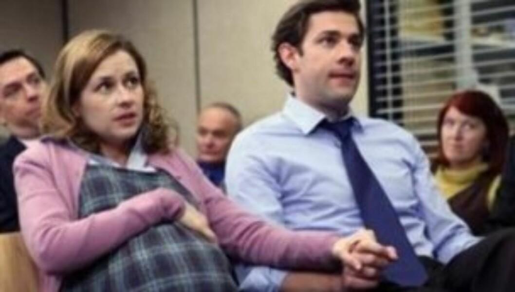 I SERIEN: Jenna Fischer spiller «Pam» i suksess-serien «The Office» som for andre gang har blitt gravid med kollega og ektemann «Jim Halpert». Jenna var gravid på ekte samtidig som hun spilte den gravide kontordamen. Foto: nbc.com
