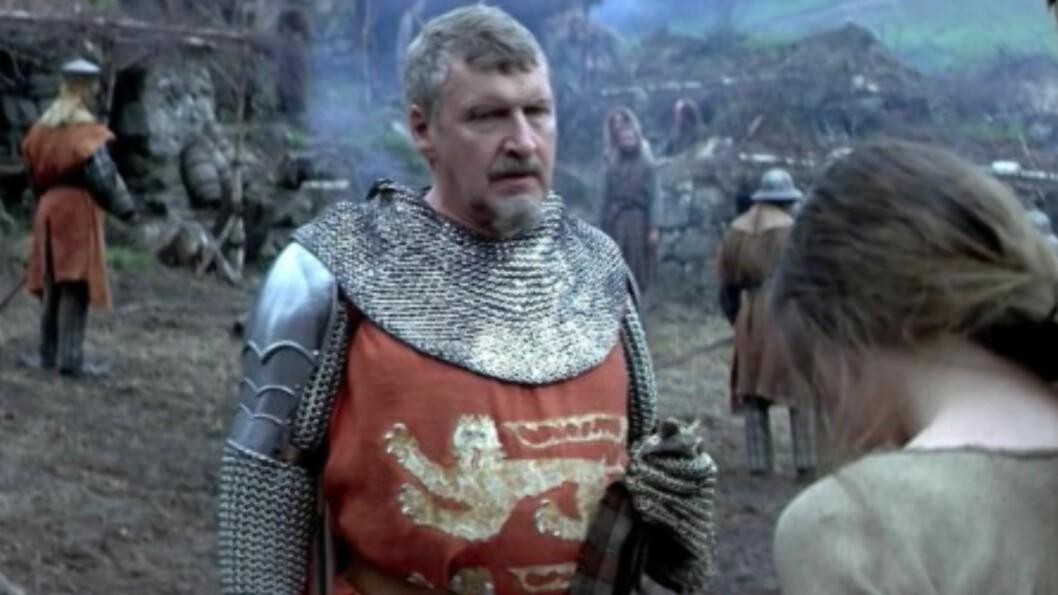 FILMSTJERNE: Malcolm Tierney spilte den britiske offiseren som drepte kona til William Wallace. Han har også spilt i orginalversjonen av «House of Cards». Foto: Skjermdump Youtube