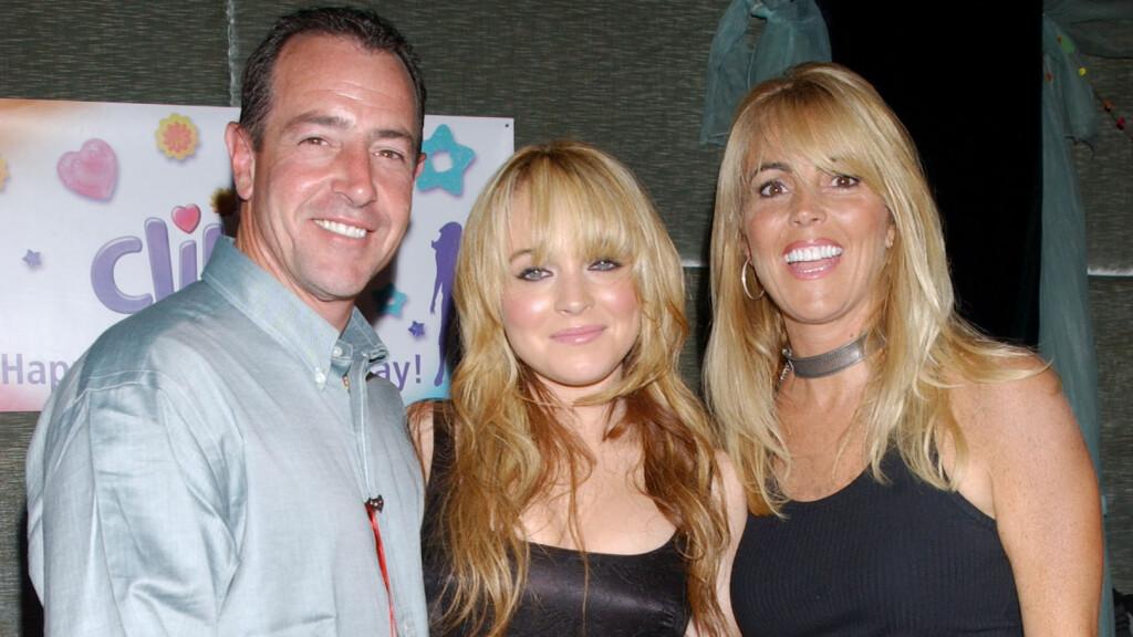 UTLEVERER SEG SELV: Michael og Dina Lohan er nå i ferd med å skrive bøker om sine skandaløse liv. Lindsay Lohans foreldre er kjent for å elske rampelyset og gjør nå alt de kan for å få oppmerksomhet og penger. Her er familien avbildet i 2003. Foto: All Over Press