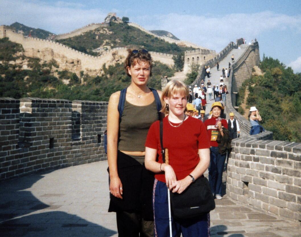KINESISKE MUR: Lise er glad i å reise. Her er hun i Kina sammen med sin assistent Aina Kleiv.