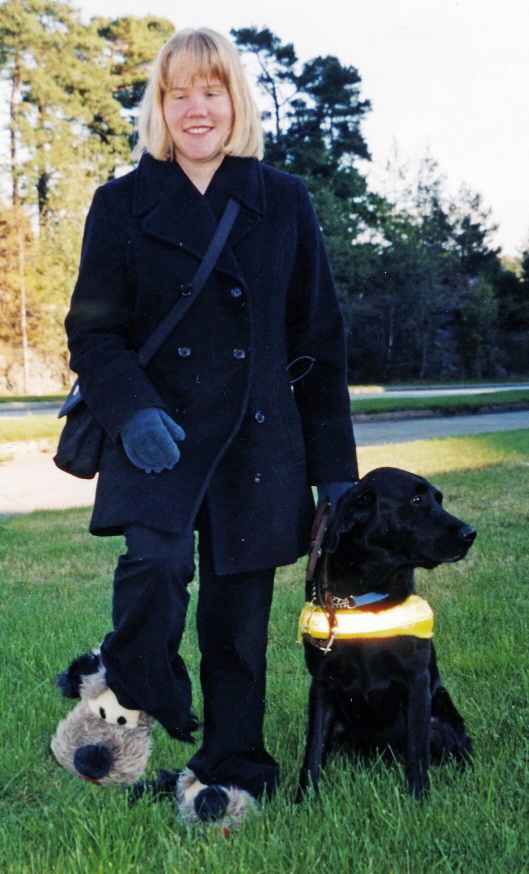 """HJELPEREN: Førerhunden """"Oda"""" var Lises gode hjelper i mange år.  *** Local Caption ***  HJELPEREN: Førerhunden """"Oda"""" var Lises gode hjelper i mange år."""