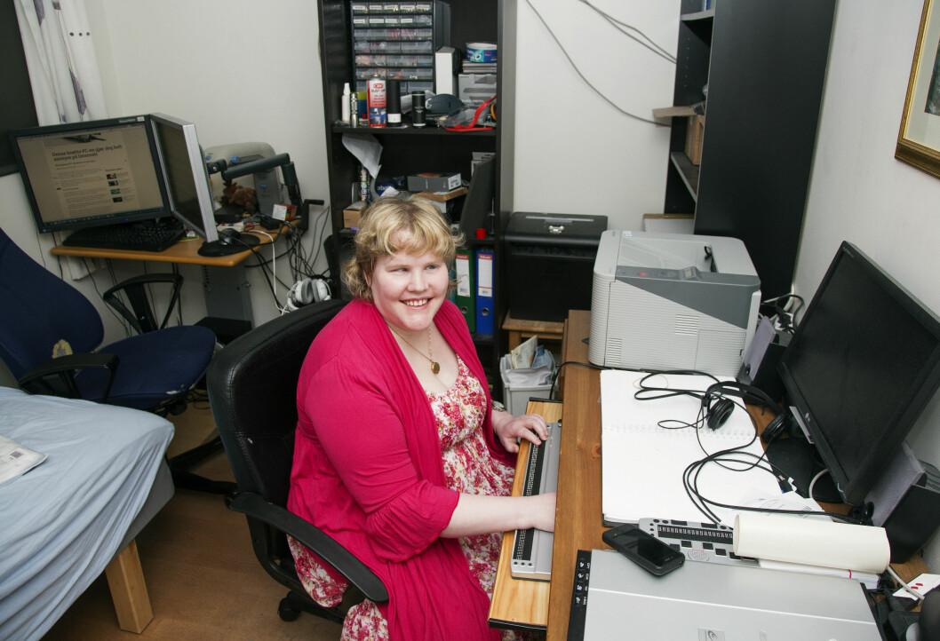 ELSKER DATA: På Hurdal Syn og Mestringssenter underviser Lise i punktskrift, data og tekniske hjelpemidler.