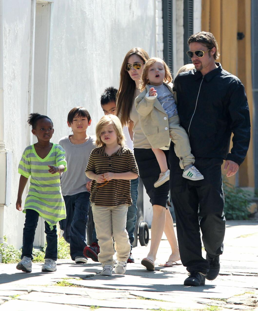 FOR BARNAS SKYLD: Angelina Jolie fjernet brystene for at hun skal ha større mulighet til å se barna vokse opp. Hennes egen mor ble bare 56 år, etter at hun i 2007 døde av nettopp brystkreft. Foto: Stella Pictures