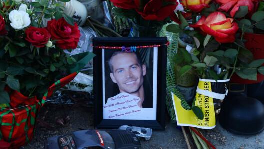 I SORG: Fans la ned blomster, lys og minneord til Hollywood-stjernen på åstedet for ulykken. Foto: UPI/ Stella Pictures