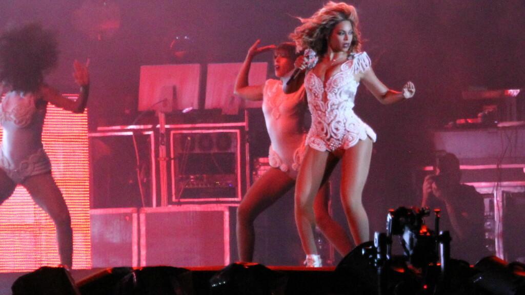 MED SMINKE: Slik er vi vant til å se Beyonce. På scene, fullt sminket. Foto: All Over Press