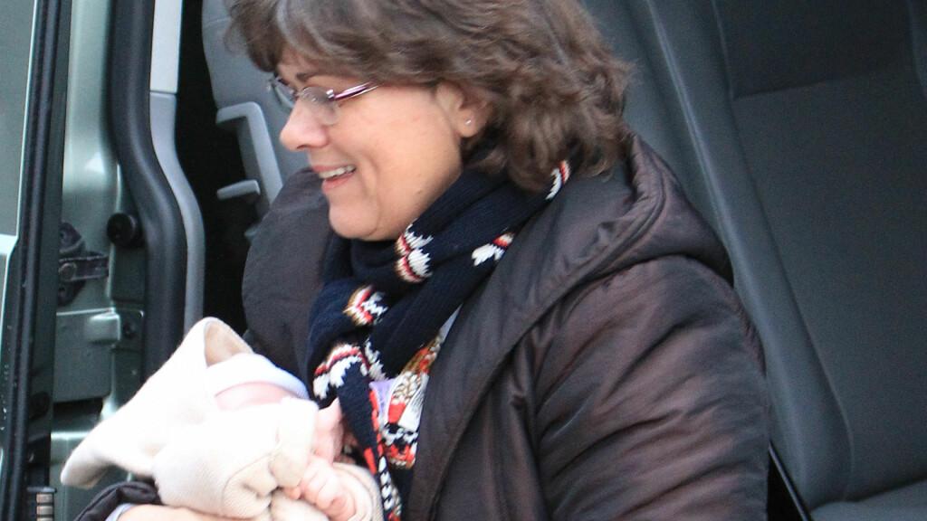 BARNEPIKE: Charlotte Casiraghis sønn Raphael ble båret inn i kirken av barnepiken. Foto: FameFlynet Sweden