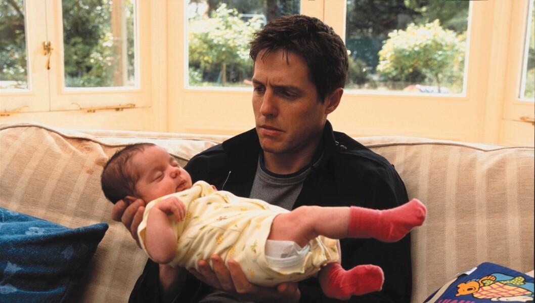PAPPA PÅ FILM: Her er Hugh Grant i filmen «About a Boy» fra 2002. Foto: Filmweb