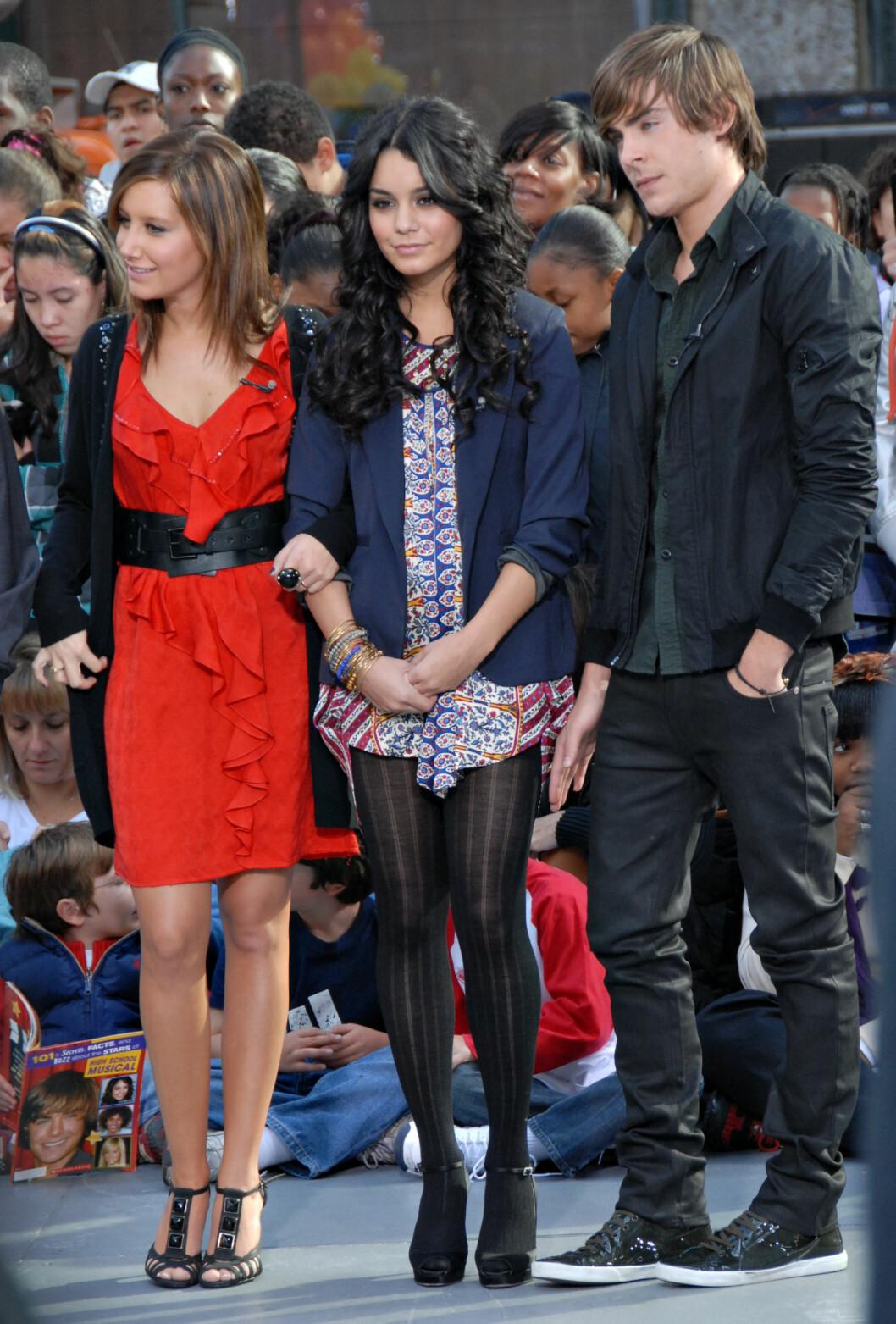 FILMSTJERNE: Zac Efron sammen med sine kolleger Ashley Tisdale og Vanessa Hudgens før premieren på «High School Musical III» i 2008. Foto: Fame Flynet