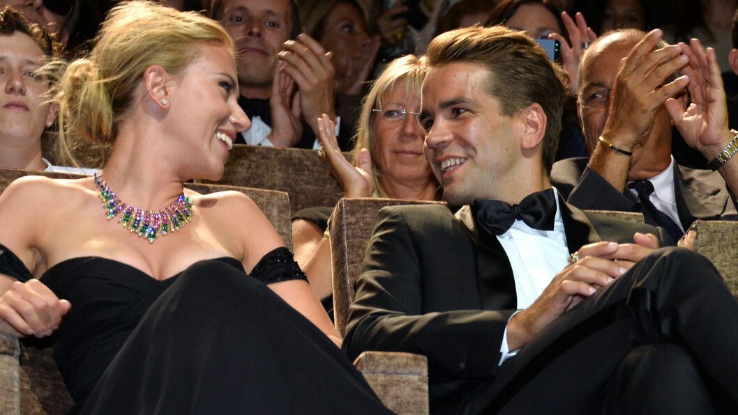 FORLOVET: Scarlett forlovet seg med journalistkjæresten Romain Dauriac i fjor sommer.