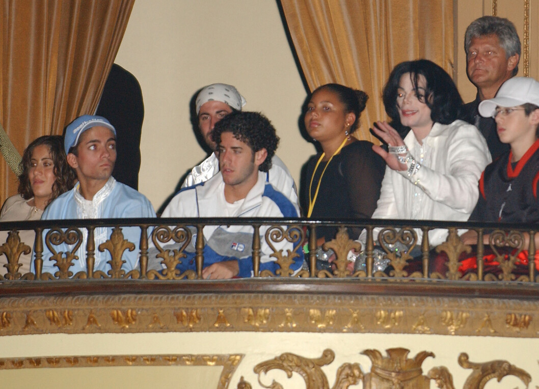 NÆRE: Norske Omer Bhatti var nært knyttet til Michael Jackson, som døde i 2009. Her fra da han feiret 45-årsdagen sin i L.A. i 2003. Omer var en selvskreven gjest.  Foto: Stella Pictures