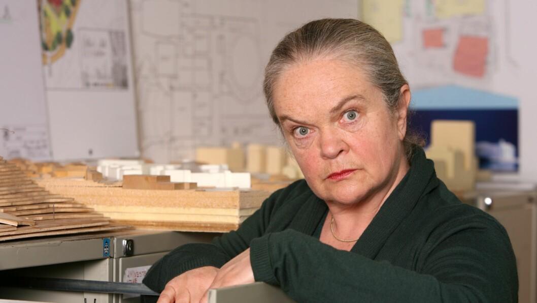 VETERAN: Anne Marit Jacobsen har underholdt det norske folk på scene og skjerm i snart 40 år. Her er hun avbildet i NRK-serien «Etaten». Foto: NRK