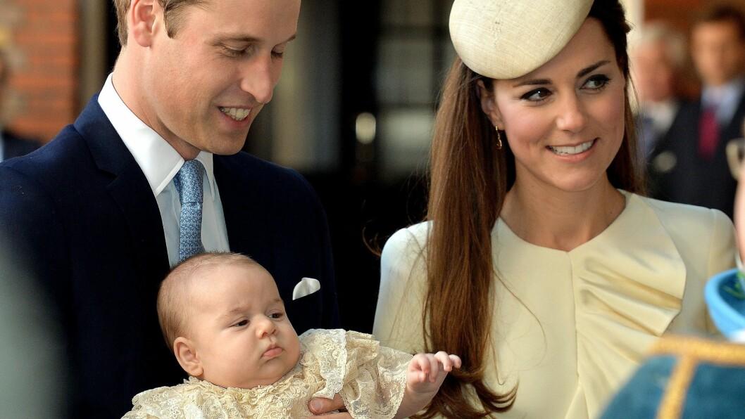 HJELP ØNSKES: Prins William og hertuginne Kate trenger en ny barnepike for å passe på sin lille prins. Her er de på vei inn til dåpsseremonien i  i Det kongelige kapell i St. James Palace i oktober.  Foto: REX/All Over Press