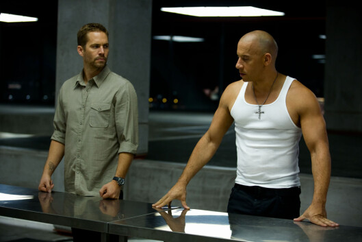 FILMHELT: Paul Walker, her i en scene med Vin Diesel (t.h) fra «Fast & Furious 6», ble en favoritt i de actionfylte bilfilmene i «Fast & Furious»-serien. Foto: Stella Pictures