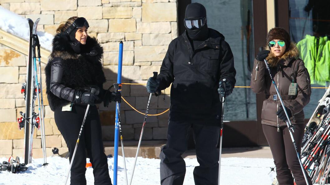 SKJULT: Kanye West gjorde sitt beste for å ikke bli gjenkjent da han og forloveden Kim Kardashian var på skiferie i Aspen. Foto: FameFlynet Sweden