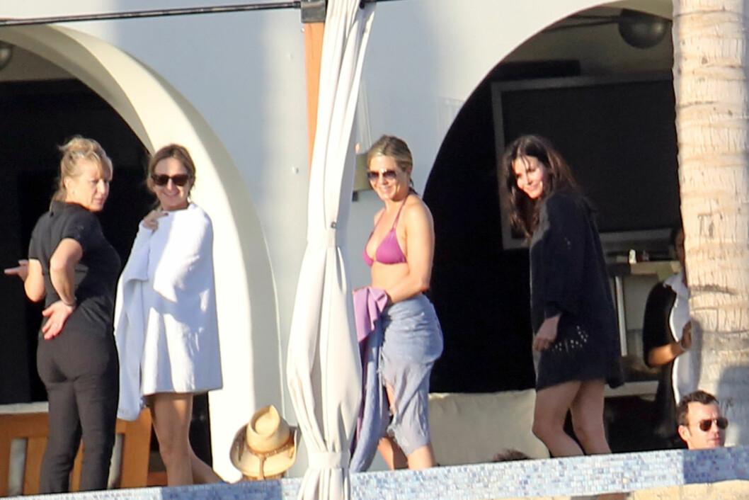 BESTEVENNINNER: Jennifer Aniston og Courteney Cox ble gode venner gjennom TV-serien «Friends» som de begge to ble castet til på 90-tallet. Denne romjulen har de to, pluss flere av deres Hollywood-venner feiret sammen i Cabo San Lucas i Mexico. Foto: FameFlynet