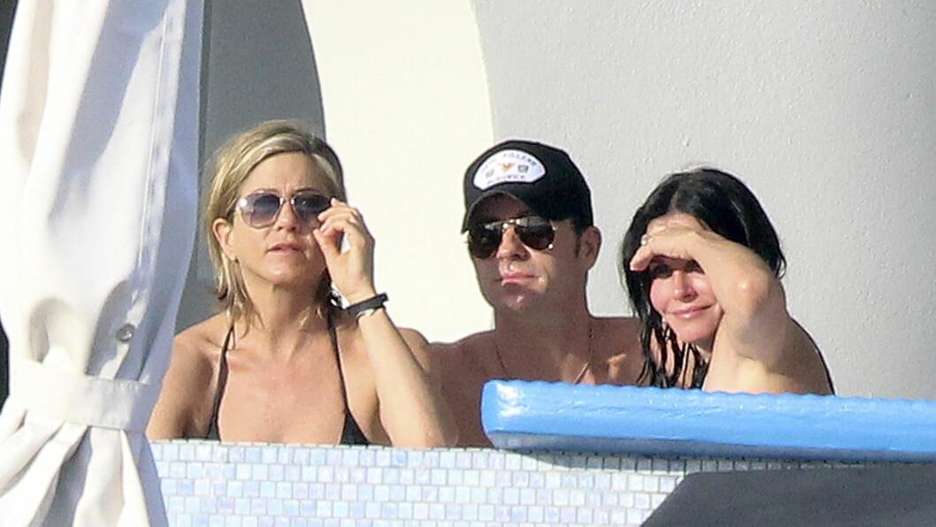 TRIO: Jennifer Aniston og kjæresten Justin Theroux slikker sol med Courteney Cox i Mexico. Foto: Stella Pictures