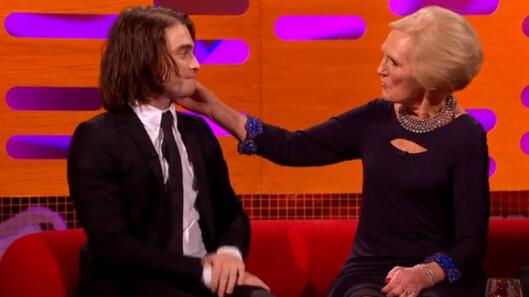 FRISYRE-FØLERI: «Harry Potter»-stjernen utstrålte en slags ærefrykt da Mary Berry, et Storbritannias svar på Ingrid Espelid Hovig, lekte med håret hans.  Foto: Skjermdump, YouTube