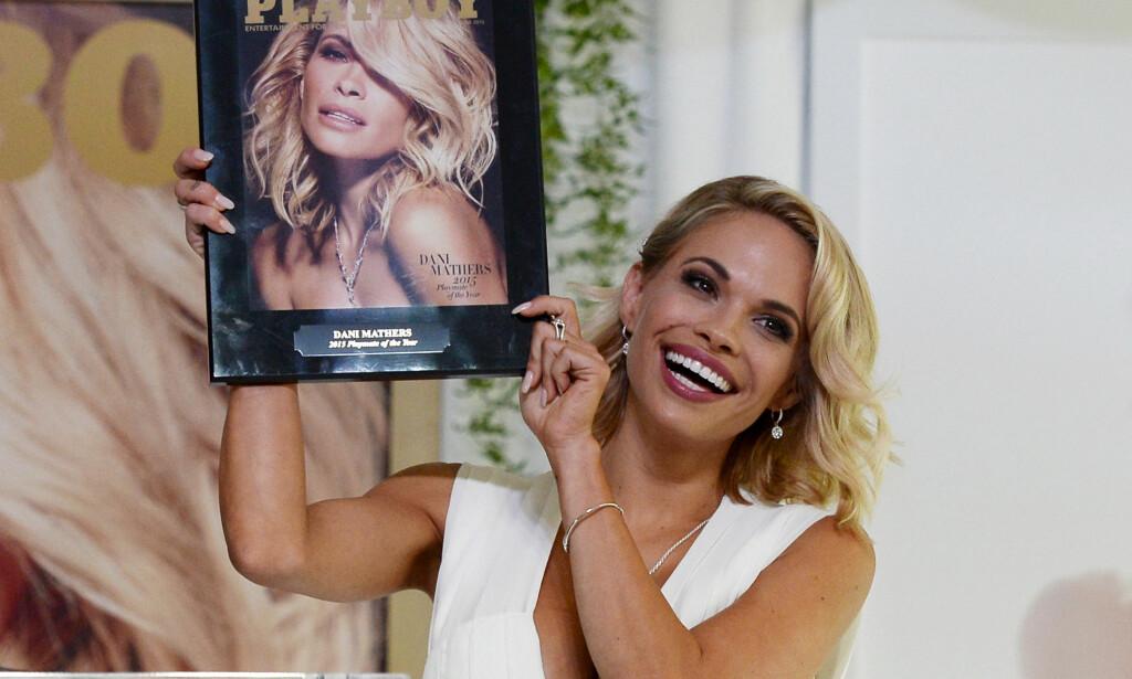 FORSIDEPIKE: I fjor ble Dani Mathers kåret til «Playmate of the Year». Her viser hun fram forsiden sin på Playboy Mansion i Los Angeles i mai 2015. Foto: Kevork Djansezian/REUTERS/NTB Scanpix