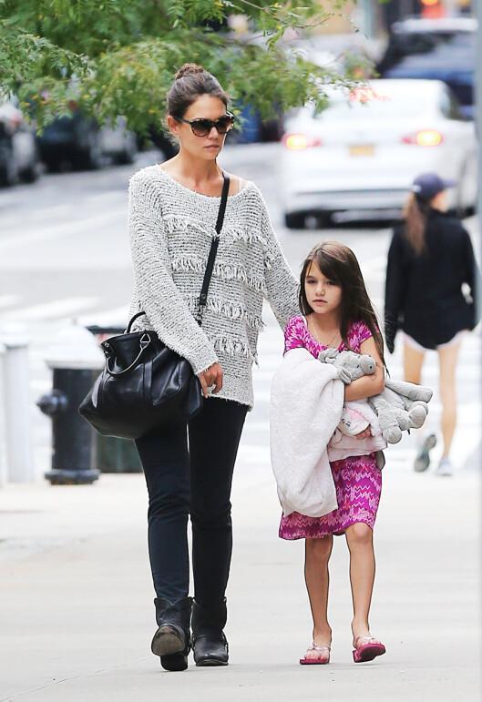 BOR MED MAMMA: Suri Cruise bor sammen med moren Katie Holmes i New York. Foto: Sharpshooter Images/Splash/ All Over Press