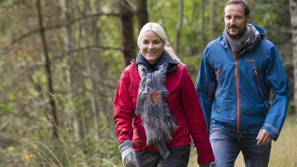 TURGLADE: Både kronprinsesse Mette-Marit og kronprins Haakon er veldig glad i å være i aktivitet, og har ikke noe imot å ta bena fatt i ulendt terreng. Her fra kronprinsparets besøk ved Mandalselva i Vest-Agder tidligere i år. Foto: NTB scanpix