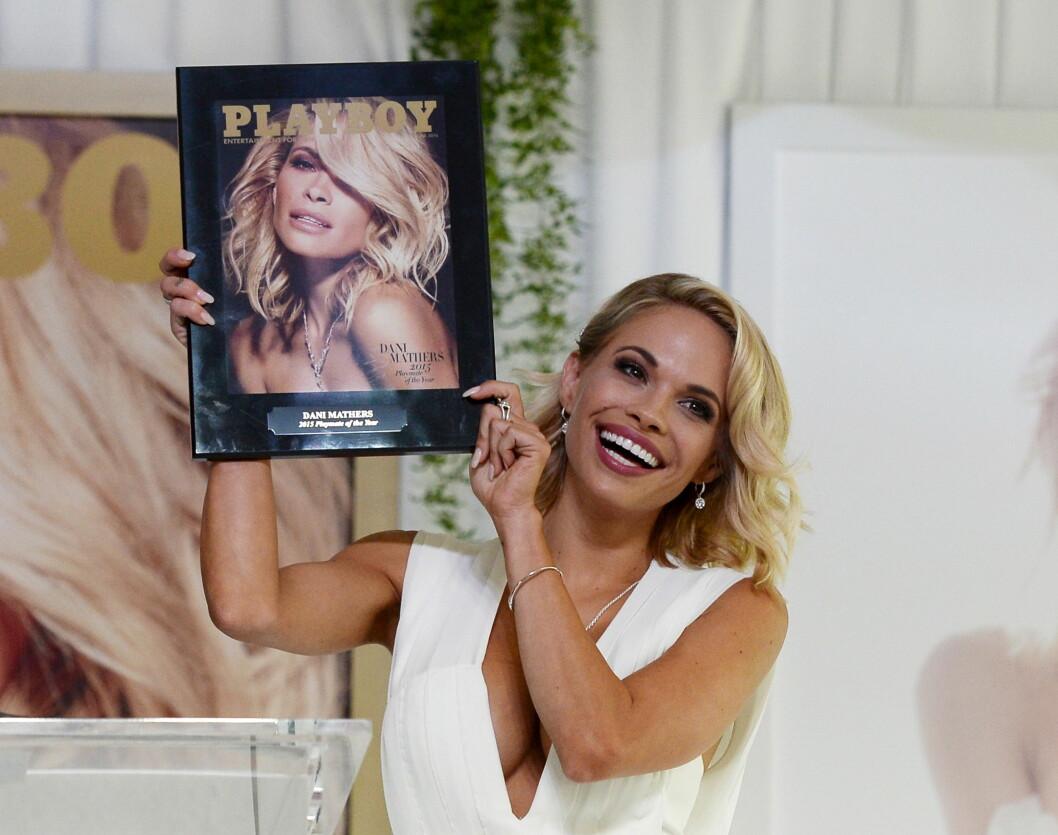 FORSIDEPIKE: I fjor ble Dani Mathers kåret til «Playmate of the Year». Her viser hun fram forsiden sin på Playboy Mansion i Los Angeles i mai 2015. Foto: Reuters/ NTB Scanpix