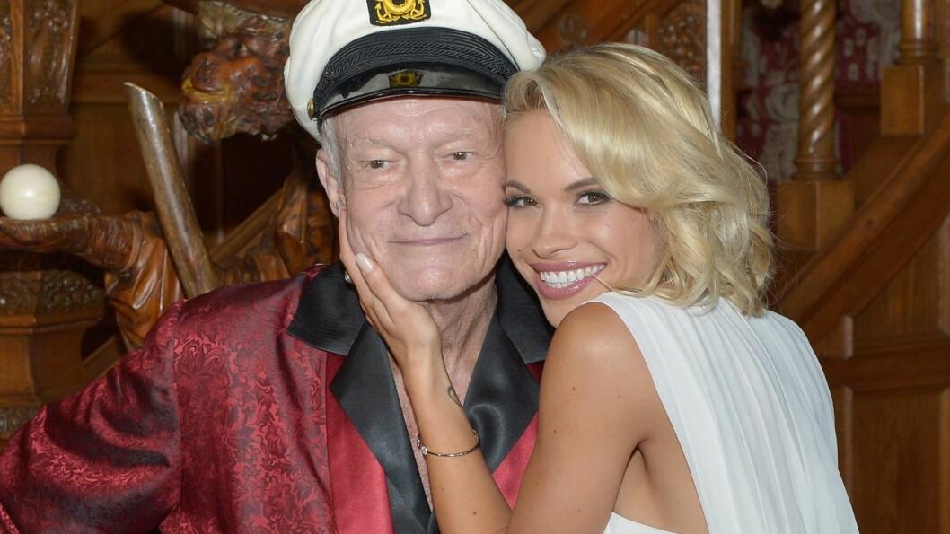 I HARDT VÆR: Playboy-modellen Dani Mathers fikk krass kritikk da hun gjorde narr av en eldre, naken kvinne på Snapchat i sommer. Nå risikerer hun å havne i fengsel. Her er hun avbildet sammen med Playboy-redaktør Hugh Hefner i mai 2015. Foto: Afp/ NTB Scanpix