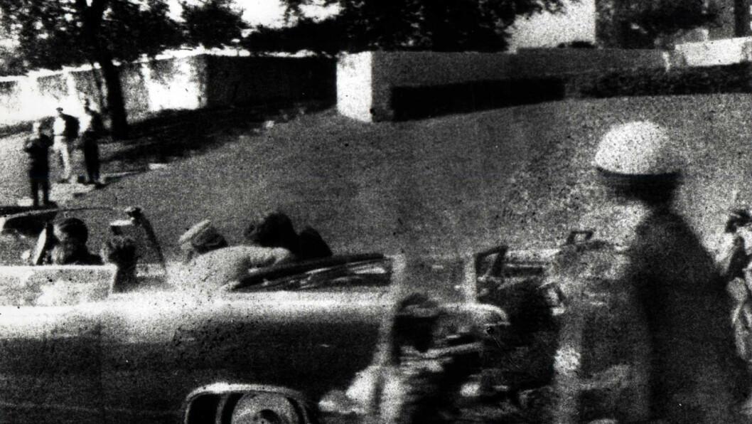DRAPET SOM RYSTET VERDEN: John F. Kennedy som synker sammen i bilen etter å ha blitt skutt i Dallas, er ett av de mest berømte bildene fra det 20. århundre. Foto: Stella Pictures