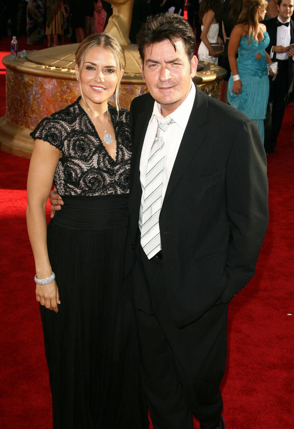 FRA LYKKELIG GIFT TIL BITRE FIENDER: Charlie Sheen og Brooke Mueller var gift fra 2008 til 2011. Nå er de i åpen krangler om omsorgen for sønnene Bob og Max. Foto: Stella Pictures