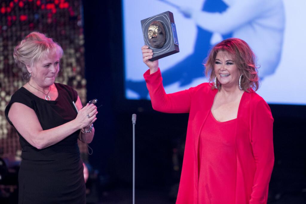 HEDRET: Wenche Myhre mottok  «Hedersprisen» av Kultur- og kirkeminister Thorhild Widvey under Se og Hør-tilsteldningen «Kjendisgallaen 2013» i Oslo 3.november. Foto: NTB scanpix