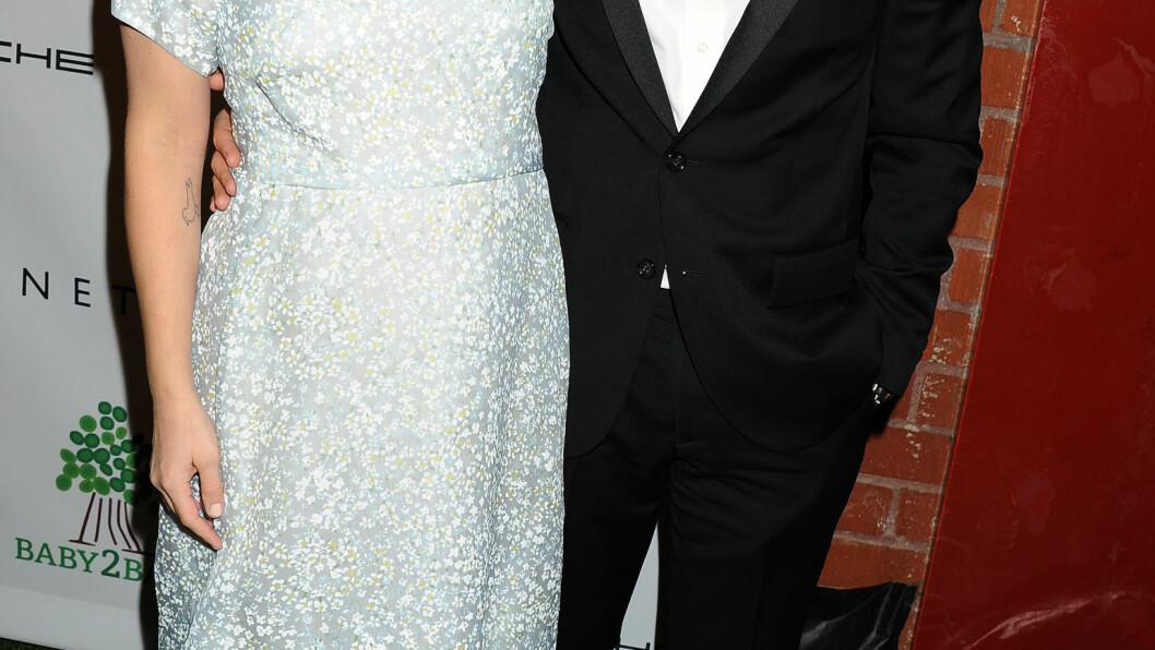 STRÅLTE: Drew Barrymore kom sammen med ektemannen Will Kopelman på «Baby2Baby»-gallaen. Foto: All Over Press