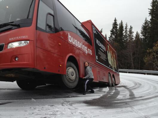 TAR ULYKKEN MED HUMOR: Jan Gunnar Røise viser sin styrke etter at uhellet var ute med Riksteatrets buss. Foto: Privat