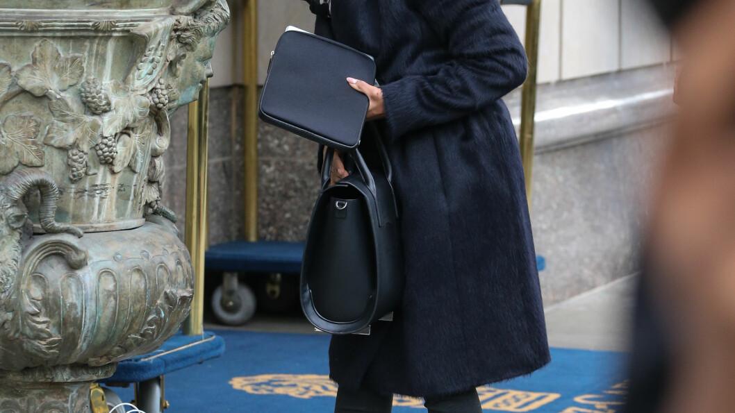 GODT KLEDD: Tirsdag viste Kerry Washington seg fram med en stor kåpe. I tillegg passet hun på å ha en veske foran magen. Foto: Santi/Splash News/ All Over Press