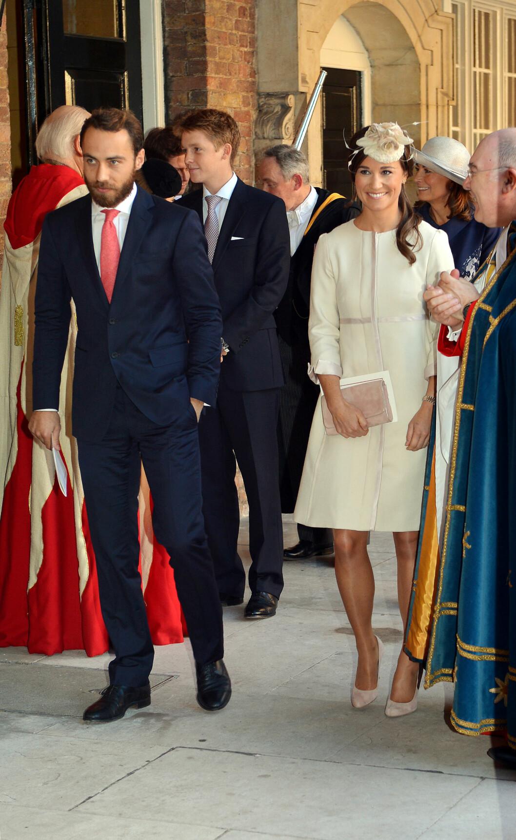 STOLT ONKEL OG TANTE: Hverken Pippa eller James Middleton fikk være gudforeldre til lille prins George, men hertuginne Kates søsken smilte fra øre til øre for det. Her på vei ut av seremonien. Foto: Getty Images/Getty Images/All Over Press