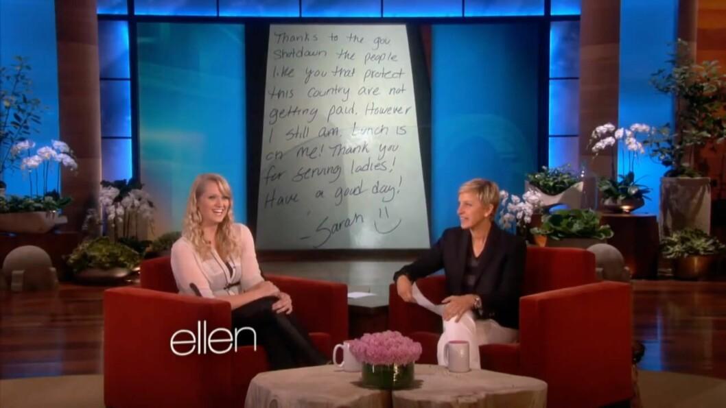 <strong>BETALTE REGNINGEN:</strong> Sarah Hoidahl plukket opp regningen til to amerikanske soldater. Det sikret henne en plass på talkshowet til Ellen DeGeneres, en ny TV og 60 000 kroner. Foto: The Ellen Show / YouTube