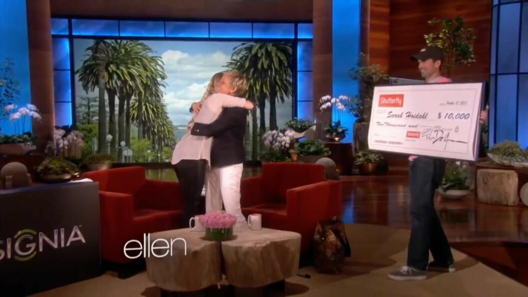 <strong>SJOKKERT:</strong> Ellen sjokkerte Sarah med en sjekk på rundt 60 000 kroner.  Foto: The Ellen Show / Youtube