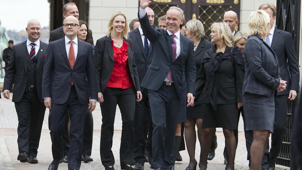 PÅ VEI UT AV SLOTTET: Sylvi Listhaug (3. til venstre) kom ut av slottet som ny landbruksminister. Her er de på vei ut av slottet. Foto: Tore Skaar