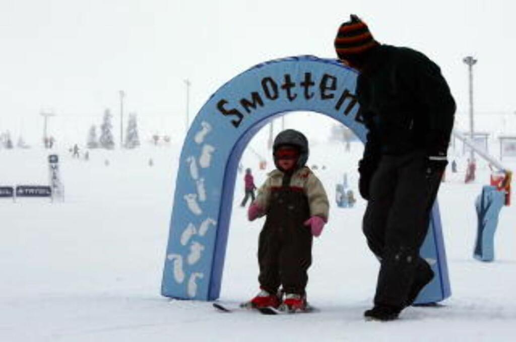 TIDLIGSKI:  Den skal tidlig krøkes som god skiløper skal bli, viser  en skiglad  dansk toåring i Smotteparken i februar i år. Foto: Hilde Schjerve/Dagbladet