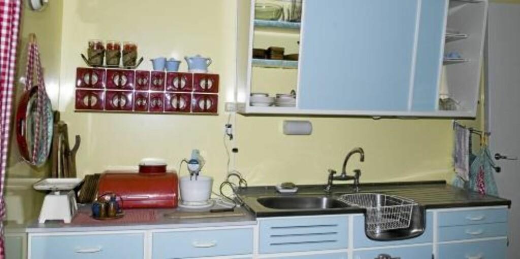DUNKELT OVER KJØKKENBENKEN: Det er i trapper og på kjøkkenet de fleste hjemmeulykker skjer. Derfor bør god belysning på kjøkkenet være en selvfølge. Kun en liten lampe over kjøkkenbenken som her blir noe magert.  FOTO: Ifi