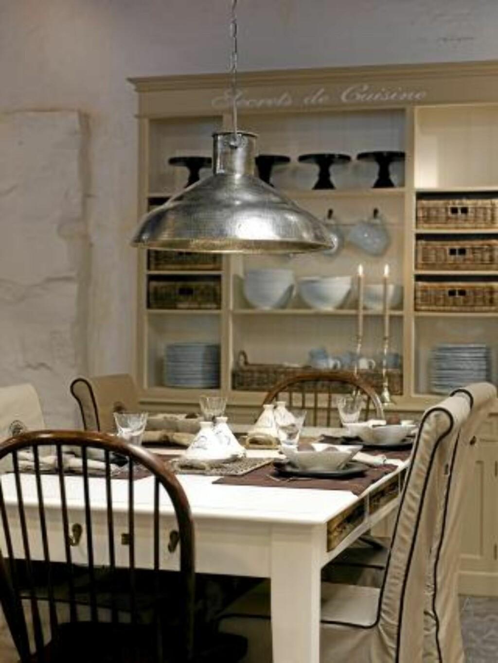 BOMMER I STUA: En enkel lampe over spisestuebordet er vel og bra - men om du ikke sper på med lamper ellers i rommet får du raskt mørke hjørner.  FOTO: Frode Larsen