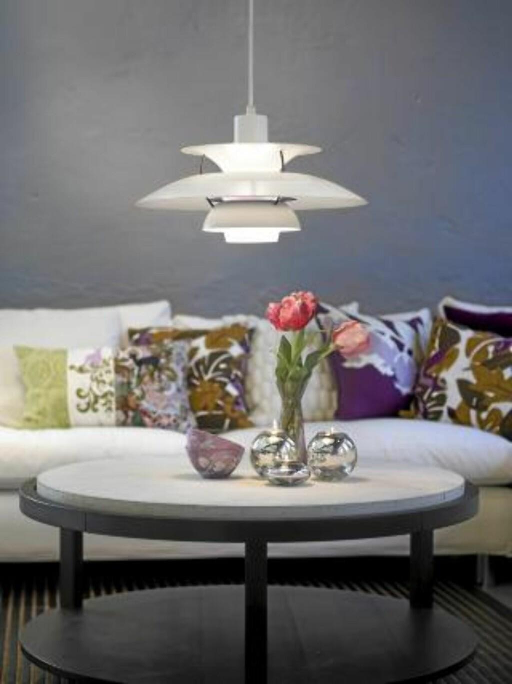 LYS i SONER: Mange glemmer at for eksempel en stue bør deles inn i soner - og belyses deretter. Godt lys over stuebordet er viktig.  FOTO: Frode Larsen