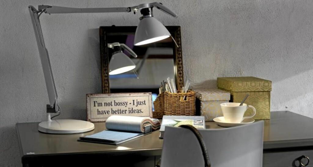 LAMPE PÅ RIKTIG SIDE: Mange setter skrivebordslampen på feil side når de jobber. Skriver du med høyre står denne riktig plassert. For en som skriver med venstre vil man skygge for seg selv.  FOTO: Frode Larsen