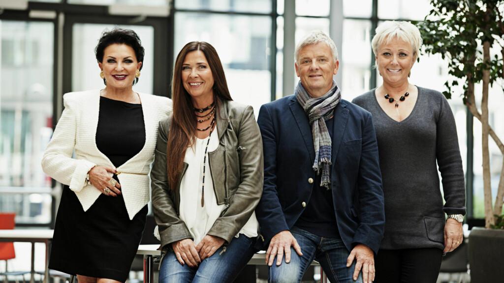 SUKSESS:  Tom Strømnæss med klarsynte Lilli Bendriss (t.v.), Gro-Helen Tørum og Lena Ranehag. Sammen har de gjort TV-suksess på TVNorge. Nå er han nominert til Årets TV-navn. Foto: TVNorge