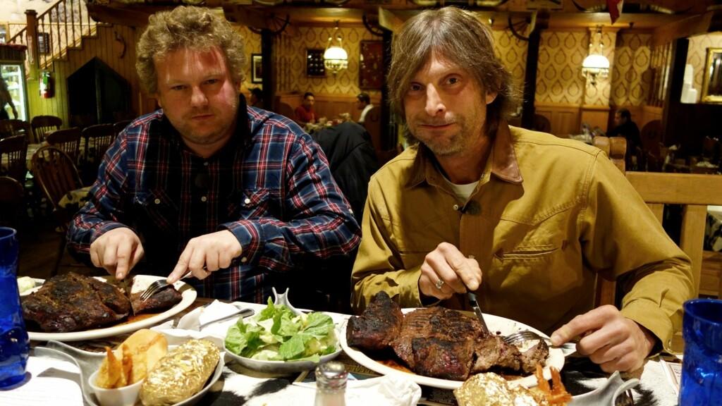 FLAUSE: Morgan og Ola-Conny spiste mye god mat da de var på tur i USA. Men da Ola-Conny skulle gi skryt til en av kokkene, ble det helt feil. – Jeg ble så flau! sier han om språkblemma.  Foto: TVNorge/Kanal 5